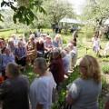 Svečiai pasklido po žydintį Didžiulių sodybos sodą.